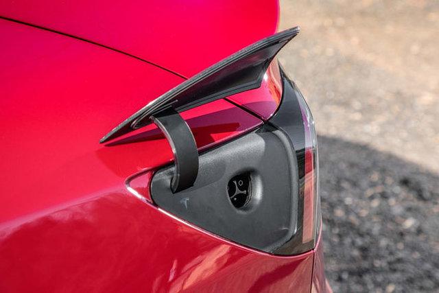 برخی از ویژگیهای خودروی برقی زیبای تسلا ۳