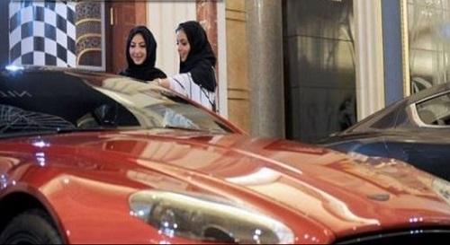زنان عربستانی در حال خرید خودروهای لوکس