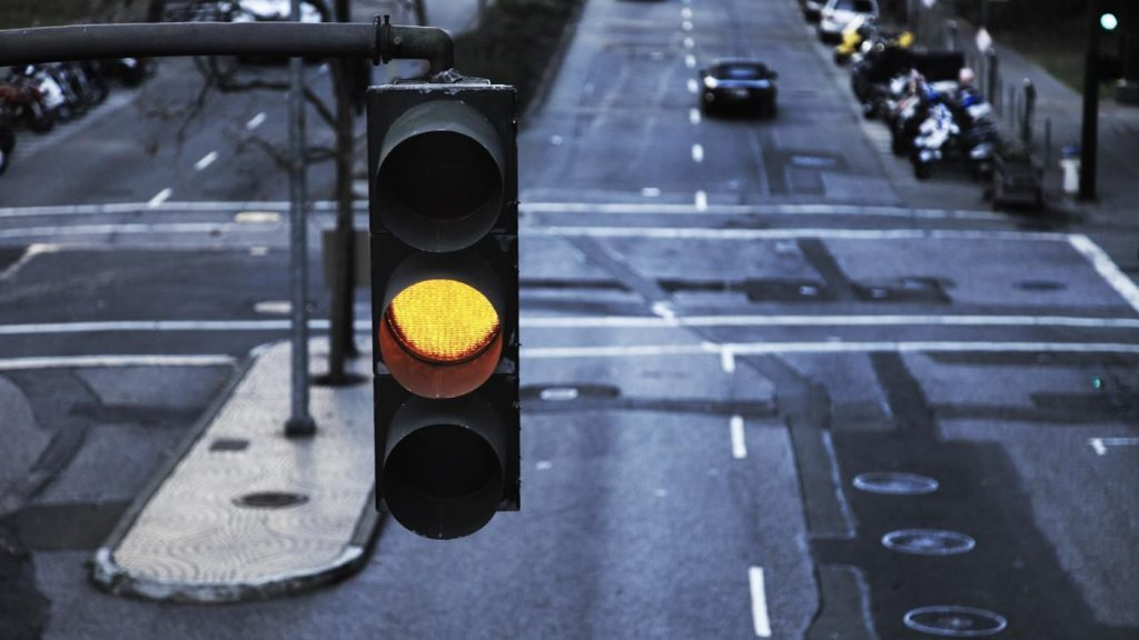 عبور از چراغ زرد راهنمایی و رانندگی جریمه 200 هزار تومانی دارد